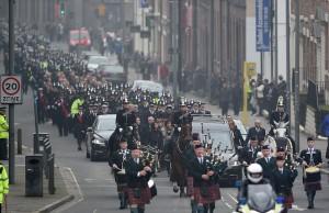 Liverpool saluta il poliziotto eroe: 2000 agenti in corteo