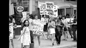 Peter Barker, ubriaco, va nudo a corteo diritti delle donne