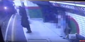 Londra, donna con l'hijab spinta sotto la metro