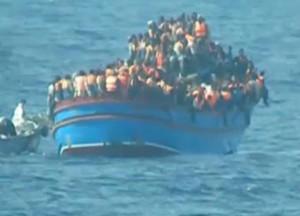 Migranti, getta figlio da barcone per salvare vita famiglia