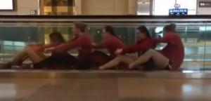 YOUTUBE Atlete usano scale mobili come canoa in aeroporto...