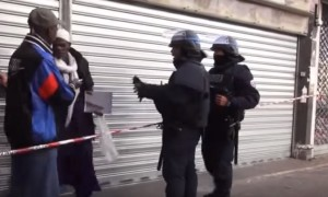 YOUTUBE Parigi, musulmano cerca di prendere mitra ad agente