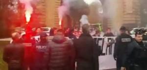 YOUTUBE Manifestazione anti-Islam in Francia, polizia carica