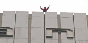 Spiderman è tornato: Alain Robert scala Torre Ariane VIDEO