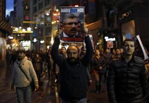 Turchia, coprifuoco e scontri in piazza dopo omicidio Elci