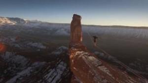 YOUTUBE Theo Sanson su fune nel deserto Utah: nuovo record