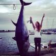 FOTO Cavalca tonno rosso con una bottiglia di vino in mano