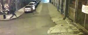 Usa, sospetto si arrende in strada: agenti lo massacrano