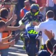 YOUTUBE Valentino Rossi, tributo dai piloti. Tranne 2...