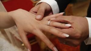 Immigrato vuole cittadinanza: compagna gli fa sposare figlia
