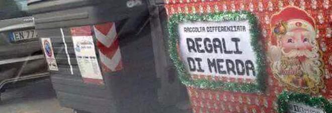 """Roma, cassonetto per doni non graditi: """"Regali di m..."""""""