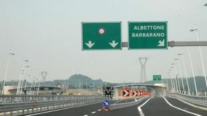 Contromano in autostrada: solo distratto? La telecamera dice