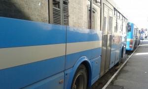 Pontedera. Bus pieno, studente cade: travolto. Rischia vita