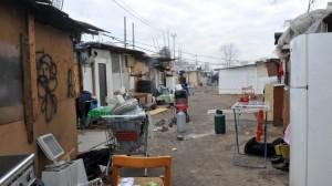 Intero campo rom allacciato abusivamente alla rete elettrica