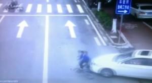 Cina, auto investe e trascina ciclista: in 20 sollevano auto