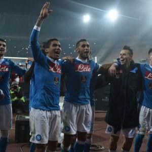 """""""Il primo posto è il coronamento di un periodo positivo: c'è grande soddisfazione dei nostri tifosi che non provavano un'emozione simile da 25 anni e questo ci fa piacere, ma da domani dobbiamo ripartire perché ancora non abbiamo fatto niente"""". Queste le parole del tecnico del Napoli, Maurizio Sarri dopo la vittoria sull'Inter. """"Higuain dice che sognare è lecito? Io non faccio il sognatore: questi ragazzi devono rimanere con i piedi per terra, con 31 punti non ci si salva neanche"""", ha aggiunto ai microfoni di Premium Sport. """"Per quanto riguardava l'approccio alla partita era una partita facile, per quanto riguardava le reazioni nella partita era difficile: pensavamo di averla vinta e questi errori non dobbiamo farli, in una partita che per 65' era in totale predominio. Fatto il 2-0 siamo diventati passivi e dopo il gol preso siamo andati in ansia"""", ha affermato ancora Sarri, che sull'espulsione di Nagatomo ha parlato di """"giallo inevitabile. Se Mancini dice che Callejon ha simulato ha la sua opinione"""". """"Scudetto derubricato da bestemmia a parolaccia? No, non fatemi scomunicare: è ancora una bestemmia"""", ha concluso."""