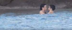 Demi Lovato, baci e giochi d'amore in spiaggia