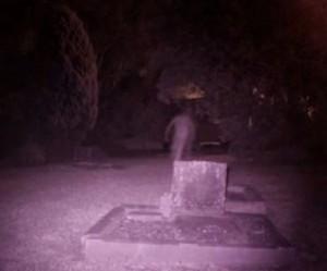 YOUTUBE Fantasma nel cimitero: la foto misteriosa