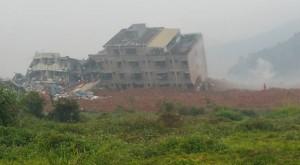 YOUTUBE Cina: frana di fango travolge e distrugge palazzi