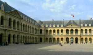 Parigi, auto forza ingresso a les Invalides, polizia spara