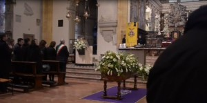 Krizia, folla a funerali, ma colleghi stilisti assenti