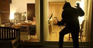Ladro entra in casa e si barrica in bagno: paura del cane