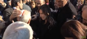 YOUTUBE Maria Elena Boschi soccorre anziano travolto da calca