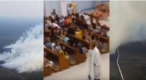 Celebra messa su hoverboard: diocesi lo sospende