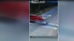 Bus prova a passare, treno lo travolge in pieno