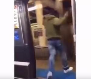 YOUTUBE Sbaglia fermata, si butta dalla metro in corsa