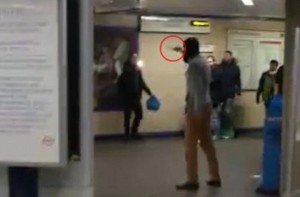 """YOUTUBE Metro Londra, a aggressore dice: """"Non sei musulmano"""""""