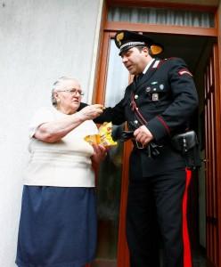 Nonna ruba caramelle per nipoti, carabinieri pagano il conto