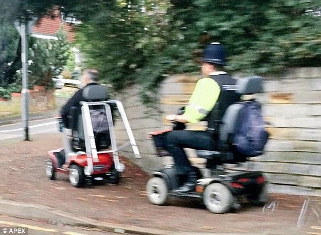 Poliziotto insegue anziano in sedia a rotelle FOTO