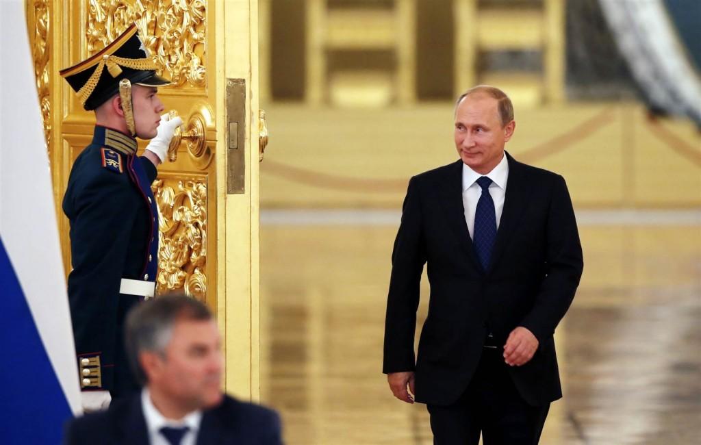 YOUTUBE Putin, la camminata da pistolero: Kgb, non Parkinson
