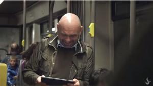 YOUTUBE Risata contagiosa in metro: guarda cosa succede