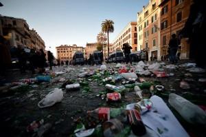 """Roma, 220 euro a testa per avere la """"monnezza"""" per strada"""