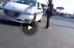 VIDEO Roma, ragazza in giro: gli apprezzamenti dei vigili