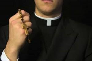 Sesso con minorenni, sacerdote pagava 20 euro a rapporto
