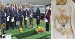 YOUTUBE Scheletro a scuola è vero: gli fanno il funerale...