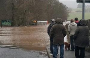 YOUTUBE Scozia, bus nel fiume: salvataggio spettacolare