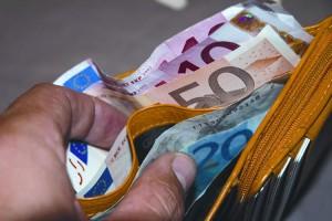 Trova portafogli con 1000€, lo fa riavere ad anziana padrona