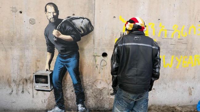 "Bansky, Steve Jobs ""migrante"": sacco in spalla e Mac"
