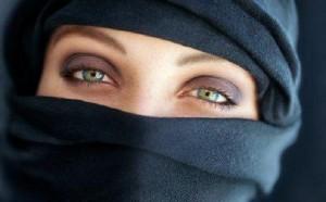 """Manifesto Islam alle donne: """"Anche la Madonna portava velo"""""""