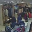 VIDEO Vigilessa timbra poi va a fare la spesa al mercato