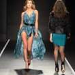 Belen Rodriguez per Guess FOTO: abito col doppio spacco 14