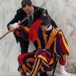 Vaticano, guardia svizzera scivola per un lieve malore