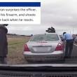 Agente schiva pallottola e continua a fare la multa