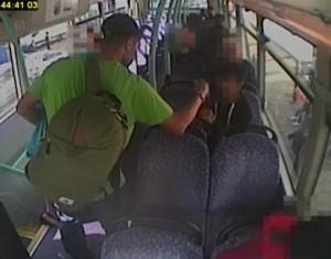 YOUTUBE Aggredisce uomo su bus perché non ha un accendino