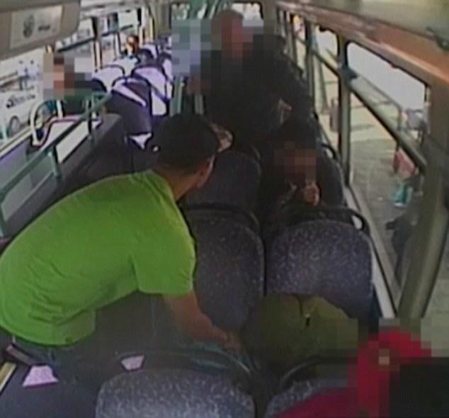 Aggredisce uomo su bus2