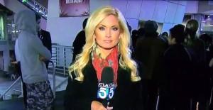 YOUTUBE Aggredita in diretta, cameraman lascia telecamera…
